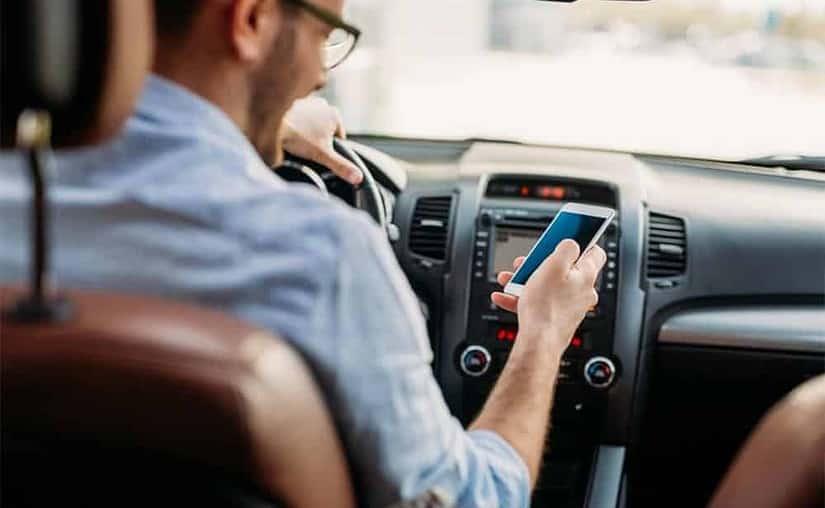 dirigir segurando celular